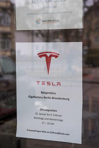"""NUR FUER REDAKTIONELLE ZWECKE!<br /> In der brandenburgischen Ortschaft Gruenheide plant der Automobilhersteller Tesla die Errichtung einer sog. """"Gigafactory"""".<br /> Im Bild: Um fuer das Werk zu werben, hat Tesla ein """"Buergerbuero"""" im Netzwerk-Laden eingerichtet.<br /> 25.1.2020, Gruenheide<br /> Copyright: Christian-Ditsch.de<br /> [NUR FUER REDAKTIONELLE ZWECKE! Werbung nur auf Anfrage beim Fotografen. Inhaltsveraendernde Manipulation des Fotos nur nach ausdruecklicher Genehmigung des Fotografen. Vereinbarungen ueber Abtretung von Persoenlichkeitsrechten/Model Release der abgebildeten Person/Personen liegen nicht vor. NO MODEL RELEASE! Don't publish without copyright Christian-Ditsch.de, Veroeffentlichung nur mit Fotografennennung, sowie gegen Honorar, MwSt. und Beleg. Konto: I N G - D i B a, IBAN DE58500105175400192269, BIC INGDDEFFXXX, Kontakt: post@christian-ditsch.de<br /> Bei der Bearbeitung der Dateiinformationen darf die Urheberkennzeichnung in den EXIF- und  IPTC-Daten nicht entfernt werden, diese sind in digitalen Medien nach §95c UrhG rechtlich geschuetzt. Der Urhebervermerk wird gemaess §13 UrhG verlangt.]"""