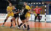 """1. Bundesliga Handball Damen - Frauen Handball BL DHB - Arena Leipzig - HC Leipzig : TSV Bayer 04 Leverkusen """"Handballelfen"""" - im Bild: Ania Rösler (HCL) , Angreiferin Anna Loerper (Bayer) - im HCL Tor Julia Plöger . Foto: Norman Rembarz..Norman Rembarz , Autorennummer 41043728 , Augustenstrt. 2, 04317 Leipzig, Tel.: 01794887569, Hypovereinsbank: BLZ: 86020086, KN: 357889472, St.Nr.: 231/261/06432 - Jegliche kommerzielle Nutzung ist honorar- und mehrwertsteuerpflichtig! Persönlichkeitsrechte sind zu wahren. Es wird keine Haftung übernommen bei Verletzung von Rechten Dritter. Autoren-Nennung gem. §13 UrhGes. wird verlangt. Weitergabe an Dritte nur nach  vorheriger Absprache.."""