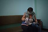 Treffen zwischen Elena und ihrer mit Down-Syndrom<br />geborenen Tochter Tatjana, die inzwischen vier Jahre alt ist. Elena<br />leidet an einer sehr fortgeschrittenen Form von chronischer TB und<br />ist HIV-positiv. Seit 2006 ist sie in Behandlung, es schien eine<br />Besserung einzutreten, seit 2009 leidet sie unter starken<br />Rückfällen. Elena kommt aus extrem armen Verhältnissen. Die<br />Situation der Familie ist schwierig, ein behindertes Kind ein<br />extreme Belastung // Moldova is still the poorest country of Europe. Hopes to join the European Union are high. After progress in the past years tuberculosis is on the rise again. The number of new patients raise since 2010 and is on a level that has not been reached since the late 90s.