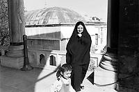 - Turchia, Istambul, donne islamiche nei giardini del palazzo Topkapi (1984)....- Turkey, Istanbul, Muslim women in the gardens of Topkapi Palace (1984)