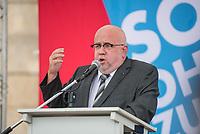 """AfD-Kundgebung in Potsdam.<br /> Ca. 70 AfD-Anhaenger kamen am Samstag den 9. September 2017 zu einer Wahlveranstaltung der rechtsnationalistischen """"Alternative fuer Deutschland"""", AfD. Unter den Teilnehmern waren u.a. Neonazis die """"Patrioten Cottbus"""" oder die sog. """"Schwarze Sonne"""", ein Zeichen der SS auf ihren Jacken trugen. Offiziell hatte die AfD die Kundgebung als Gruendung einer rechten Gewerkschaft namens """"Alternativer Arbeitnehmerverband Mitteldeutschland"""" (Alarm) in Brandenburg deklariert.<br /> 500 Menschen protestierten friedlich gegen die Veranstaltung.<br /> Im Bild: Juergen Pohl aus Thueringen. Er leitet das Wahlkreisbuero von Bjoern Hoecke.<br /> 9.9.2017, Potsdam<br /> Copyright: Christian-Ditsch.de<br /> [Inhaltsveraendernde Manipulation des Fotos nur nach ausdruecklicher Genehmigung des Fotografen. Vereinbarungen ueber Abtretung von Persoenlichkeitsrechten/Model Release der abgebildeten Person/Personen liegen nicht vor. NO MODEL RELEASE! Nur fuer Redaktionelle Zwecke. Don't publish without copyright Christian-Ditsch.de, Veroeffentlichung nur mit Fotografennennung, sowie gegen Honorar, MwSt. und Beleg. Konto: I N G - D i B a, IBAN DE58500105175400192269, BIC INGDDEFFXXX, Kontakt: post@christian-ditsch.de<br /> Bei der Bearbeitung der Dateiinformationen darf die Urheberkennzeichnung in den EXIF- und  IPTC-Daten nicht entfernt werden, diese sind in digitalen Medien nach §95c UrhG rechtlich geschuetzt. Der Urhebervermerk wird gemaess §13 UrhG verlangt.]"""