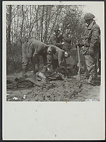 Front North-East Netherlands. Report from Enschede and Hengelo of the battle in those places front. German prisoners of war get rid of clothing Date: April 1945