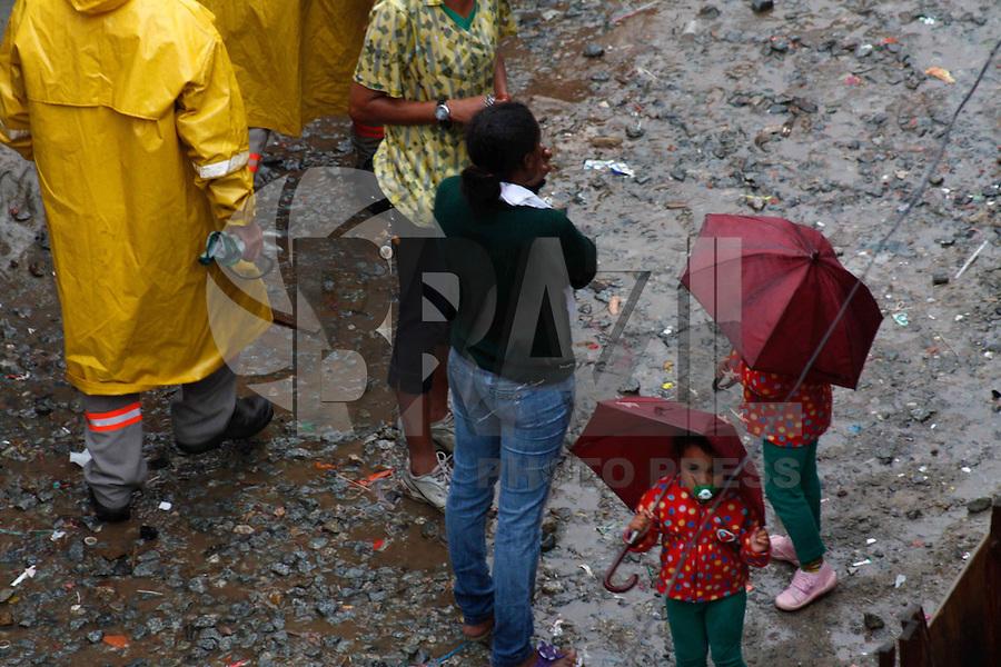 SÃO PAULO, 01 DE JANEIRO DE 2012 - IMPLOSÃO DO PREDIO NA FAVELA DO MOINHO - Moradores da favela do Moinho acompanham na tarde deste domingop (01) a implosão do predio que teve inicio ao incendio no dia 22 de dezembro na favela do Moinho na região central de São Paulo.a implosão foi seguida de vaias dos moradores, a quantidade de explosivos não foram suficientes para derrubar a estrutora do edificio. (FOTOS: AMAURI NEHN/NEWS FREE)