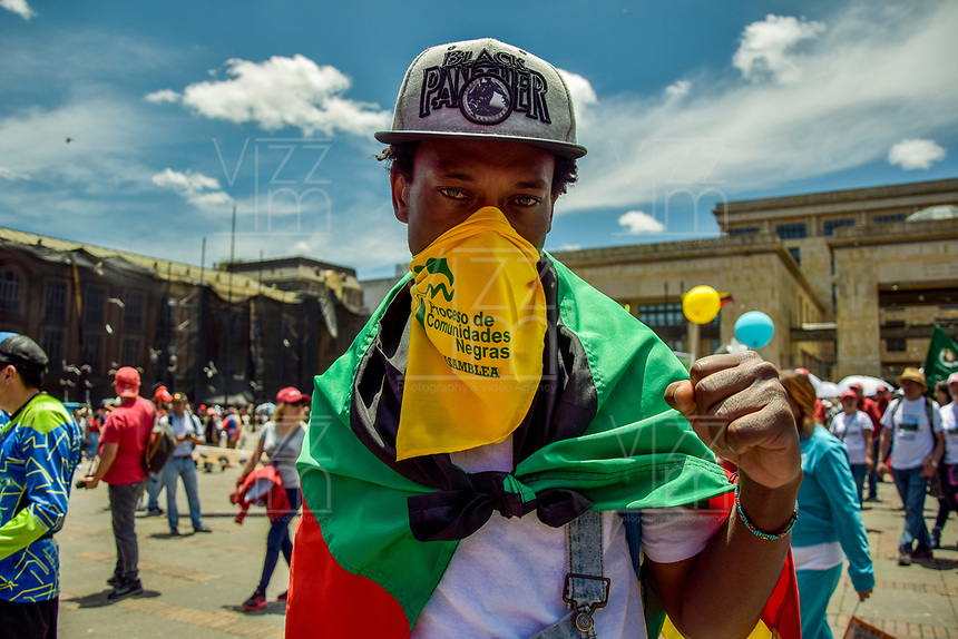 BOGOTA - COLOMBIA, 01-05-2019: Como suele ser costumbre el primero de Mayo se celebra el día del trabajo a nivel mundial y en la capital colombiana cientos de personas salieron a las calles para celebrar este día y para manifestarse en contra de algunas politicas gubernamentales. / As it´s usually on may 1st is celebrated wolrdwide the work day and in the colombian capital, hundreds of people went out to the streets to celebrate this day and to manifest against some government politics . Photo: VizzorImage / Nicolas Aleman / Cont