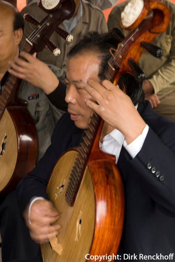 China, Peking (Beijing), Musik in Grünanlage am Qianhai (vorderer See)