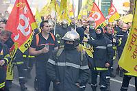 PARIS, LE 14/03/2017 - MANIFESTATION DES POMPIERS A L'APPEL DE PLUSIEURS SYNDICATS POUR DENONCER LEURS CONDITIONS DE TRAVAIL. ILS PROTESTENT AUSSI CONTRE LA BAISSE DES EFFECTIFS. # MANIFESTATION DES POMPIERS A PARIS