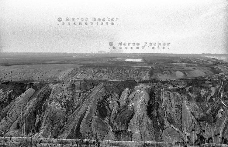 Miniera di superficie Jänschwalde, nella Bassa Lusazia, per l'estrazione della lignite. Sullo sfondo: la centrale elettrica --- Lignite surface mining in Jänschwalde, in the Lower Lusatia. On the background: the power plant