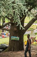 Como, luglio 2016, centinaia di profughi , compresi donne e bambini, provenienti da Eritrea, Etiopia, Ghana, nord africa, sono accampati nei giardini della stazione in attesa di tentare di entrare in Svizzera