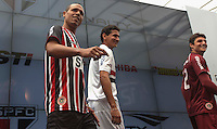 SAO PAULO, SP, 17 DE JANEIRO 2013 - APRESENTAÇÃO UNIFORME SPFC - Luiz Fabiano (e) Paulo H Ganso (c ) Goleiro Denis (e) durante apresentacao do uniforme da Penalty na manha desta quinta-feira no Sao Paulo Bar no Estadio Cicero Pompeu de Toledo (Morumbi) na regiao sul da capital paulista. FOTO: VANESSA CARVALHO - BRAZIL PHOTO PRESS.
