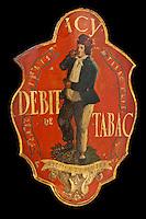 Europe/France/Aquitaine/24/Dordogne/Bergerac:  Musée d'Anthropologie du Tabac installé dans  la Maison Peyrarède.<br /> Enseigne de débit de Tabac, décor peint polychrome représentant un priseur<br /> Origine: France