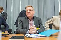 """Oeffentliche Anhoerung des Gesundheitsausschuss des Deutschen Bundestag am Mittwoch den 18. April 2018 zum Thema """"Verbindliche Personalbemessung in den Krankenhaeusern durchsetzen"""".<br /> Abgeordnete der Oppositionsparteien Buendnis 90/Die Gruenen und der Linkspartei haben Antraege fuer eine verbindliche Personalbemessung und mehr Pflegepersonal in Krankenhaeusern und gegen den Pflegenotstand in der Altenpflege eingebracht.<br /> Zu der Anhoerung waren eingeladen die Verbaende und Institutionen: Aktionsbuendnis Patientensicherheit e.V. (APS), Bundesarbeitsgemeinschaft der Freien Wohlfahrtspflege e.V. (BAGFW), Bundesverband Deutscher Privatkliniken e. V. (BDPK), Bundesverband privater Anbieter sozialer Dienste e. V. (bpa), Deutsche Krankenhausgesellschaft e.V. (DKG), Deutsche Stiftung Patientenschutz, Deutscher Pflegerat e.V. (DPR), Deutsches Institut fuer angewandte Pflegeforschung e. V. (DIP), GKV-Spitzenverband, ver.di -Vereinte Dienstleistungsgewerkschaft Bundesvorstand, Verbraucherzentrale Bundesverband e.V. (vzbv) und die Einzelsachverstaendigen:, Prof. Dr. Astrid Elsbernd, Prof. Dr. Stefan Gress, Alexander Jorde, Prof. Dr. Gabriele Meyer, Dr. Jochen Pimpertz, Prof. Dr. Heinz Rothgang.<br /> Im Bild: Der Pflegebevollmaechtigte der Bundesregierung, Staatssekretaer Andreas Westerfellhaus.<br /> 18.4.2018, Berlin<br /> Copyright: Christian-Ditsch.de<br /> [Inhaltsveraendernde Manipulation des Fotos nur nach ausdruecklicher Genehmigung des Fotografen. Vereinbarungen ueber Abtretung von Persoenlichkeitsrechten/Model Release der abgebildeten Person/Personen liegen nicht vor. NO MODEL RELEASE! Nur fuer Redaktionelle Zwecke. Don't publish without copyright Christian-Ditsch.de, Veroeffentlichung nur mit Fotografennennung, sowie gegen Honorar, MwSt. und Beleg. Konto: I N G - D i B a, IBAN DE58500105175400192269, BIC INGDDEFFXXX, Kontakt: post@christian-ditsch.de<br /> Bei der Bearbeitung der Dateiinformationen darf die Urheberkennzeichnung in den EXIF- und  IPTC-Daten ni"""