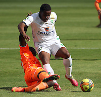 BOGOTA -COLOMBIA, 10 -AGOSTO-2014. Ivan Rivas  ( D) de La Equidad  F.C. disputa el balón con Yilmar Angulo ( I ) del Envigado FC  durante partido de la  cuarta  fecha  de La Liga Postobón 2014-2. Estadio Metroplitano de Techo . /  Ivan Rivas   (R) of Equidad FC    fights for the ball with Yilmar Angulo of Envigado FC   during match of the 4th date of Postobon  League 2014-2. Metroplitano de Techo Stadium. Photo: VizzorImage / Felipe Caicedo / Staff