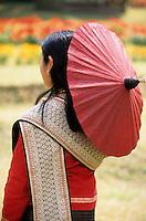 """Asie/Thaïlande/Env de Chiang Mai : Réception à la """"Mae Sa Valley Resort"""" - Une invitée dans le jardin avec une ombrelle de Chiang Mai"""
