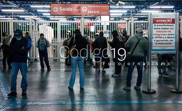 SÃO PAULO, SP, 19.05.2021:  Greve Metrô SP - Movimentação de passageiros no aguardo  da abertura do portões  da estação Barra Funda do Metrô  na manhã desta quarta -feira (19). As estações do Metrô das linhas Azul, Verde , Vermelha e Prata  amanheceram fechadas devido a greve dos metroviários.