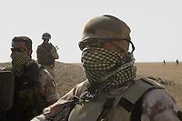 """- members of special units COMSUBIN (Underwater Raider Commando) of navy and 9° battalion  Parachutists  """"Col Moschin"""" of the army during a territory control operation in the desert....- membri dei reparti speciali COMSUBIN (Comando Subacquei Incursori) della marina e 9° battaglione Paracadutisti Incursori  """"Col Moschin"""" dell'esercito durante una operazione di controllo del territorio nel deserto...."""