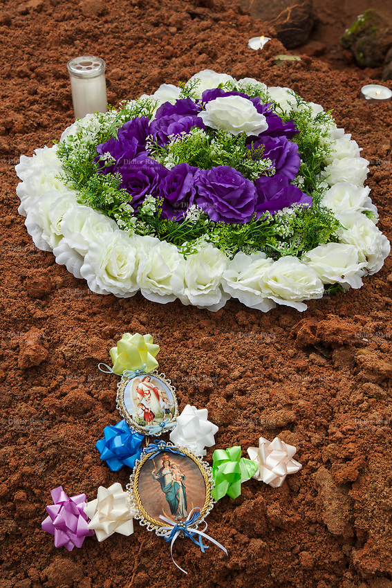 Nigeria. Enugu State. Agbani. Igbo funeral ceremony of Mrs Ann Mary Azuka Nbubuisi Anike who passed away at 72 years old. The burial takes place in the family home's garden. Wreath of flowers.11.07.19 © 2019 Didier Ruef