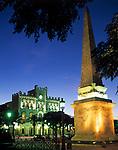 Spanien, Balearen, Menorca, Ciutadella: Rathaus und Obelisk auf der Placa des Born am Abend | Spain, Balearic Islands, Menorca, Ciutadella: townhall and obelisk at Placa des Born at night