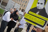 """Kundgebung vor dem Berliner Polizeipraesidium am Montag den 10. Juli 2017 anlaesslich der Einstellung des Verfahrens gegen Polizisten, welche im September 2016 den irakischen Fluechtling Hussam Fadl Hussein bei einem Polizeieinsatz auf dem Gelaende einer Fluechtlingsunterkunft erschossen haben.<br /> Der 29 jaehrige Familienvater und Polizist wurde am 27.9.2016 in einer Berliner Fluechtlingsunterkunft von drei Polizisten von hinten erschossen, als er versucht haben soll sich einem festgenommenen Mann zu naehern, der seine Tochter missbraucht haben soll. Die Polizei hatte behauptet in Notwehr gehandelt zu haben, da Hussam Fadl Hussein angeblich mit einem Messer bewaffnet gewesen sein soll. Augenzeugen sagten jedoch aus, dass Hussam Fadl Hussein nicht bewaffnet gewesen sei und kein Messer gehabt habe.<br /> Die Staatsanwaltschaft hat das Ermittlungsverfahren Ende Mai 2017 mit dem Verweis auf Notwehr der Beamten eingestellt.<br /> Die Initiativen """"Reach Out"""", """"Kampagne fuer Opfer rassistischer Polizeigewalt (KOP)"""", der Fluechtlingsrat Berlin und Haman Gate (Ehefrau des Erschossenen) fordern die Wiederaufnahme der Emittlungen, eine Anklageerhebung der Staatsanwaltschaft und ein Strafverfahren gegen die Polizeibeamten, die auf Hussam Fadl geschossen haben und die sofortige Suspendierung der beschuldigten Polizisten. Um diese Forderung zu unterstuetzen haben ca. 100 Menschen vor dem Polizeipraesidium protestiert.<br /> Im Bild 2.vl.: Haman Gate, Ehefrau des Erschossenen.<br /> 10.7.2017, Berlin<br /> Copyright: Christian-Ditsch.de<br /> [Inhaltsveraendernde Manipulation des Fotos nur nach ausdruecklicher Genehmigung des Fotografen. Vereinbarungen ueber Abtretung von Persoenlichkeitsrechten/Model Release der abgebildeten Person/Personen liegen nicht vor. NO MODEL RELEASE! Nur fuer Redaktionelle Zwecke. Don't publish without copyright Christian-Ditsch.de, Veroeffentlichung nur mit Fotografennennung, sowie gegen Honorar, MwSt. und Beleg. Konto: I N G - D i B a, IBAN DE585001"""