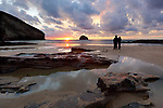 Grossbritannien, England, Cornwall, Trebarwith Strand: Paerchen beobachtet den Sonnenuntergang bei Ebbe | Great Britain, England, Cornwall, Trebarwith Strand: Two people watching sunset at low tide