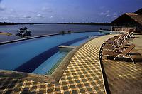 piscina do hotel de selva Pakaás Palafitas Lodge com o rio Mamoré ao fundo. Guajará Mirim - Rondônia