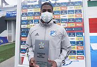 ZIPAQUIRA - COLOMBIA, 01-02-2021: Emerson Rodriguez de Millonarios recibe la distinción a mejor jugador después del partido por la fecha 3 de la Liga BetPlay DIMAYOR I 2021 entre Millonarios F.C. y Once Caldas jugado en el estadio Los Zipas de la ciudad de Zipaquirá. / Emerson Rodriguez of Millonarios receives the award for best player after match for the date 3 as part of BetPlay DIMAYOR League I 2021 between Millonarios F.C. and Once Caldas played at the Los Zipas stadium in Zipaquira city. Photo: VizzorImage / Daniel Garzon / Cont