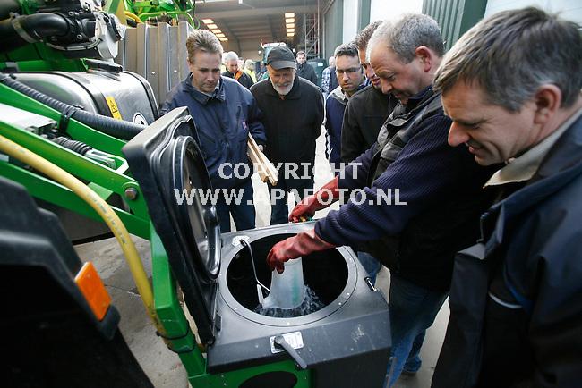 Groesbeek, 030311<br /> Een medewerker van loonbedrijf Groesbeek demonstreerd een vulspoelinrichting aan boeren.<br /> Foto: Sjef Prins - APA Foto