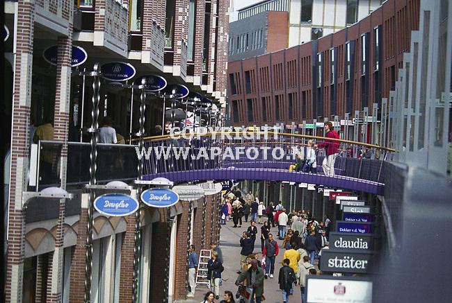 nijmegen 070900 In hartje nijmegen is de marikenstraat voor het publiek opengesteld. een nieuwe winkelstraat bestaande uit 2 lagen boven elkaar, die met roltrappen en speelse bruggetjes met elkaar verbonden zijn.<br />foto frans ypma APA-foto <br />zie ook tekst APA-redaktie.