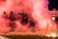 """Nach den pogromartigen Ausschreitungen gegen eine Fluechtlinsunterkunft im saechschen Heidenau am Freitag den 21. August 2015 durch Anwohnerinnen der Ortschaft, kamen am Samstag de 22. August 2015 ca. 250 Menschen in die Ortschaft um ihre Solidaritaet mit den Gefluechteten zu zeigen.<br /> Am Vorabend hatten Rassisten, Nazis und Hooligans sich zum Teil Strassenschlachten mit der Polizei geliefert um zu verhindern, dass Fluechtlinge in einen umgebauten Baumarkt einziehen. Ueber 30 Polizisten wurden dabei verletzt.<br /> Bis in die Abendstunden des 22. August blieb es trotz spuerbarer Anspannung um die Unterkunft ruhig. Im Laufe des Tages wurden immer wieder Gefluechtete mit Reisebussen gebracht was von den wartenenden Heidenauern mit Buh-Rufen begleitet wurde. Vereinzelt wurde auch """"Sieg Heil"""" gerufen, was die Polizei jedoch nicht verfolgte.<br /> Kurz vor 23 Uhr griffen Nazis und Hooligans wie am Vorabend die Polizei mit Steinen, Flaschen, Feuerwerkskoerpern und Baustellenmaterial an. Die Polizei mussten mehrfach den Rueckzug antreten, scheuchte den Mob dann von der Fluechtlingsunterkunft weg. Dabei wurden auch wieder Traenengasgranaten verschossen. Mindestens ein Nazi wurde festgenommen.<br /> 22.8.2015, Heidenau/Sachsen<br /> Copyright: Christian-Ditsch.de<br /> [Inhaltsveraendernde Manipulation des Fotos nur nach ausdruecklicher Genehmigung des Fotografen. Vereinbarungen ueber Abtretung von Persoenlichkeitsrechten/Model Release der abgebildeten Person/Personen liegen nicht vor. NO MODEL RELEASE! Nur fuer Redaktionelle Zwecke. Don't publish without copyright Christian-Ditsch.de, Veroeffentlichung nur mit Fotografennennung, sowie gegen Honorar, MwSt. und Beleg. Konto: I N G - D i B a, IBAN DE58500105175400192269, BIC INGDDEFFXXX, Kontakt: post@christian-ditsch.de<br /> Bei der Bearbeitung der Dateiinformationen darf die Urheberkennzeichnung in den EXIF- und  IPTC-Daten nicht entfernt werden, diese sind in digitalen Medien nach §95c UrhG rechtlich geschuetzt. Der Ur"""