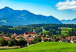 Deutschland, Bayern, Chiemgau: Vachendorf mit Kirche Mariae Himmelfahrt und Gipfel Hochgern der Chiemgauer Alpen | Germany, Bavaria, Chiemgau: Vachendorf with summit Hochgern of Chiemgau Alps