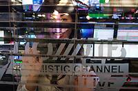"""RUSSLAND, 11.2012. Moskau.  Oppositioneller Fernsehsender Doschd (""""optimistischer Kanal""""), gegruendet von Natalja Sindejewa und Alexander Winokurow. Die Studios befinden sich in der ehemaligen Schokoladenfabrik """"Roter Oktober"""". Unter der Leitung von Sindejewa wird das Studioleben von jungen Frauen gepraegt. – Blick in den Technikraum.   Oppositional TV-station Dozhd (""""optimistic channel""""), founded by Natalya Sindeyeva and Aleksandr Vinokurov. The studios are located in the famous former chocolate factory """"Red October"""". Led by Sindeyeva young women dominate studio life. – View of the control room. © Martin Fejer/EST&OST"""