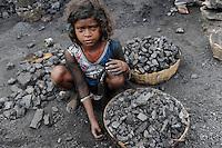 INDIEN Jharia Kinder sammeln Kohle am Rande eines offenen Kohletagebaus der BCCL Ltd zum Verkauf als Koks auf dem Markt | .INDIA Jharkhand Jharia, families and children collect coal from coalfield of BCCL Ltd. to sell after coking on the market for their  livelihood
