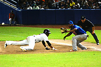 BARRANQUILLA- COLOMBIA, 9-01-2020: Los Gigantes ganaron a los Caimanes 4 carreras por cero y pasaron a la final de  la Liga Colombiana de Béisbol Profesional al ganar la serie 3-1.En la foto ,Erick Salcedo de Gigantes y Carlos Triunfel de Caimanes/ <br /> The Gigantes won the Caimanes 4 runs by zero and went to the Colombian Professional Baseball League final by winning series  the 3-1 .In the photo Erick Salcedo of Gigantes and Carlos Triunfel of Caimanes. Photo: VizzorImage / Alfonso Cervantes / Contribuidor