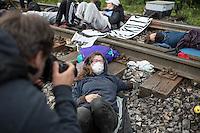"""Klimacamp """"Ende Gelaende"""" bei Proschim in der brandenburgischen Lausitz.<br /> Mehrere tausend Klimaaktivisten  aus Europa wollen zwischen dem 13. Mai und dem 16. Mai 2016 mit Aktionen den Braunkohletagebau blockieren um gegen die Nutzung fossiler Energie zu protestieren.<br /> Im Bild: Klimaaktivisten bei der Besetzung einer Bahnstrecke, die zur Versorgung des Kraftwerk Schwarze Pumpe wichtig ist. Ihr Ziel ist, die Kohlezufuhr so lange zu unterbrechen, das dass Kraftwerk heruntergefahren werden muss.<br /> Zwei Aktivistinnen haben sich mit einer Vorrichtung unter einer Schiene am Gleis aneinander festgekettet.<br /> 14.5.2016, Schwarze Pumpe/Brandenburg<br /> Copyright: Christian-Ditsch.de<br /> [Inhaltsveraendernde Manipulation des Fotos nur nach ausdruecklicher Genehmigung des Fotografen. Vereinbarungen ueber Abtretung von Persoenlichkeitsrechten/Model Release der abgebildeten Person/Personen liegen nicht vor. NO MODEL RELEASE! Nur fuer Redaktionelle Zwecke. Don't publish without copyright Christian-Ditsch.de, Veroeffentlichung nur mit Fotografennennung, sowie gegen Honorar, MwSt. und Beleg. Konto: I N G - D i B a, IBAN DE58500105175400192269, BIC INGDDEFFXXX, Kontakt: post@christian-ditsch.de<br /> Bei der Bearbeitung der Dateiinformationen darf die Urheberkennzeichnung in den EXIF- und  IPTC-Daten nicht entfernt werden, diese sind in digitalen Medien nach §95c UrhG rechtlich geschuetzt. Der Urhebervermerk wird gemaess §13 UrhG verlangt.]"""