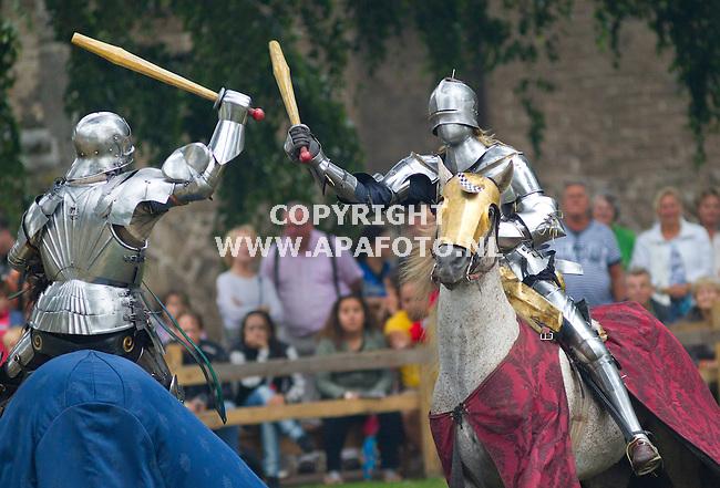 Nijmegen, 250813<br /> Gebroeders van Limburgfestival.<br /> Klaterend blik op het toernooiveld in het Valkhofpark. Ridders vallen elkaar aan met lanzen en knuppels.<br /> Foto: Sjef Prins - APA Foto