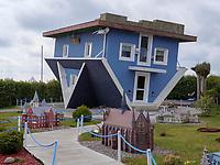Kopfstandhaus in Trassenheide auf der Insel Usedom, Mecklenburg-Vorpommern, Deutschland, Europa<br /> House upside down in Trassenheide, Isle of Usedom, Mecklenburg-Hither Pomerania, Germany, Europe