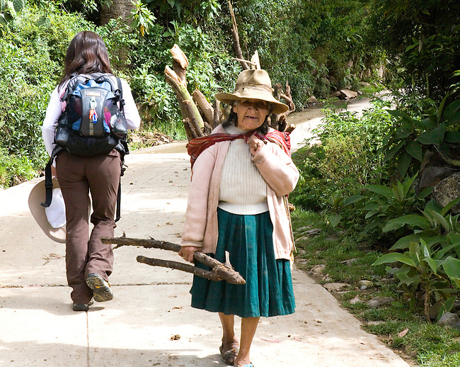 PERUVIAN WOMAN CARRYING WOOD IN MOLLEPATA