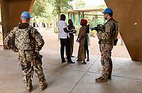 """MALI, Gao, catholic school/ katholische Schule ECSG """"Ecole Catholique Soeur Geneviève"""", Direktor David Douyon, Bundeswehr Soldaten der UN Minusma Friedensmission sichern einen Besuch in der Schule ab"""