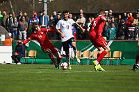 Aymen Barkok (Deutschland, Eintracht Frankfurt) gegen Marko Pantic (Serbien) - 25.03.2017: U19 Deutschland vs. Serbien, Sportpark Kelsterbach