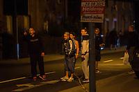 """Nach den pogromartigen Ausschreitungen gegen eine Fluechtlinsunterkunft im saechschen Heidenau am Freitag den 21. August 2015 durch Anwohnerinnen der Ortschaft, kamen am Samstag de 22. August 2015 ca. 250 Menschen in die Ortschaft um ihre Solidaritaet mit den Gefluechteten zu zeigen.<br /> Am Vorabend hatten Rassisten, Nazis und Hooligans sich zum Teil Strassenschlachten mit der Polizei geliefert um zu verhindern, dass Fluechtlinge in einen umgebauten Baumarkt einziehen. Ueber 30 Polizisten wurden dabei verletzt.<br /> Bis in die Abendstunden des 22. August blieb es trotz spuerbarer Anspannung um die Unterkunft ruhig. Im Laufe des Tages wurden immer wieder Gefluechtete mit Reisebussen gebracht was von den wartenenden Heidenauern mit Buh-Rufen begleitet wurde. Vereinzelt wurde auch """"Sieg Heil"""" gerufen, was die Polizei jedoch nicht verfolgte.<br /> Kurz vor 23 Uhr griffen Nazis und Hooligans wie am Vorabend die Polizei mit Steinen, Flaschen, Feuerwerkskoerpern und Baustellenmaterial an. Die Polizei mussten mehrfach den Rueckzug antreten, scheuchte den Mob dann von der Fluechtlingsunterkunft weg. Dabei wurden auch wieder Traenengasgranaten verschossen. Mindestens ein Nazi wurde festgenommen.<br /> Im Bild: An den Ausschreitungen beteiligte beschimpfen die Polizei, """"Wir hatten bis heute gedacht, ihr steht auf unserer Seite!""""<br /> 22.8.2015, Heidenau/Sachsen<br /> Copyright: Christian-Ditsch.de<br /> [Inhaltsveraendernde Manipulation des Fotos nur nach ausdruecklicher Genehmigung des Fotografen. Vereinbarungen ueber Abtretung von Persoenlichkeitsrechten/Model Release der abgebildeten Person/Personen liegen nicht vor. NO MODEL RELEASE! Nur fuer Redaktionelle Zwecke. Don't publish without copyright Christian-Ditsch.de, Veroeffentlichung nur mit Fotografennennung, sowie gegen Honorar, MwSt. und Beleg. Konto: I N G - D i B a, IBAN DE58500105175400192269, BIC INGDDEFFXXX, Kontakt: post@christian-ditsch.de<br /> Bei der Bearbeitung der Dateiinformationen darf die Urheberkennz"""