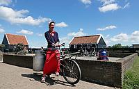 Nederland Zaanse Schans - 2020. Weinig toeristen bij Zaanse Schans. Medewerkster in klederdracht.  Foto Berlinda van Dam / HH / ANP