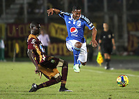 IBAGUE -COLOMBIA, 9-NOVIEMBRE-2014.Alex Diaz  (Der)  de Millonarios disputa el balon con Didier Delgado  del Deportes Tolima . Partido por la fecha 18 de la Liga Postobón 2014- II , jugado en el estadio Manuel  Murillo Toro de la ciudad de Ibague./  Alex Diaz   of Millonarios  fights  the ball against  Didier Delgado   of Deportes Tolima. Match of  Party date 18th  2014 Postobón League II   played  Manuel Murillo Toro stadium in Ibague city.Photo / VizzorImage / Andrew Indell / Staff