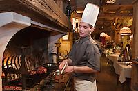 Europe/France/Rhone-Alpes/74/Haute-Savoie/Megève: Cuisson des viandes à la cheminée à  La Taverne du Mont d'Arbois, par le chef  Jimmy Chavy