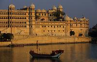 Asie/Inde/Rajasthan/Udaipur : Le City Palace palais du roi d'Udaipur et bateau sur le lac Pichola