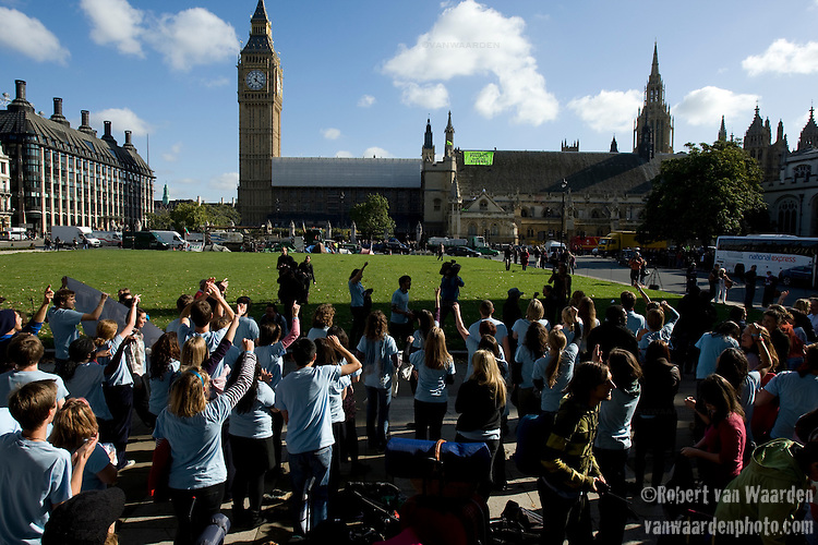 The flash dance event of the UKYCC Powershift. Held on Jubilee Gardens and the sqaure in front of parliament, over 150 young people from across England broke out in a co-ordinated dance to draw attention to climate change. London, UK (©Robert vanWaarden, 2009)