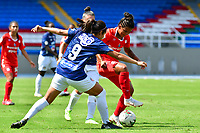 CALI – COLOMBIA, 02-11-2020: Manuela Gonzalez del América disputa el balón con Orianica Velasquez del Junior durante partido por la Fecha 3 de la Liga Femenina BetPlay DIMAYOR 2020 entre América de Cali y Atlético Junior jugado en el estadio Pascual Guerrero de la ciudad de Cali. / Manuela Gonzalez of America struggles the ball with Orianica Velasquez of Junior during match for the date 3 as part of Women's BetPlay DIMAYOR League 2020 between America de Cali and Atletico Junior played at Pascual Guerrero stadium in Cali. Photos: VizzorImage / Nelson Rios / Cont /