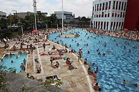 FOTO EMBARGADA PARA VEICULOS INTERNACIONAIS. SAO PAULO, SP, 20/11/20102, CALOR. A combinação calor e feriado, fez o paulistano procurar as piscinas da cidade, na foto as disputadissimas piscinas do SESC Belenzinho. Luiz Guarnieri/ Brazil Photo Press