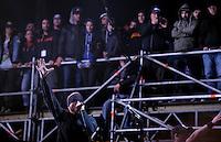 Das Festival With Full Force geht in die 18. Runde. 60 Bands aus der Hardcore-, Punk- und Metallszene haben sich auf dem haertesten Acker Deutschlands nahe Roitzschjora versammelt. Dazu gesellen sich nach Angaben der Veranstalter Sven Borges, Mike Schorler und Roland Ritter fast 30000 Besucher aus aller Welt. Drei Tage lassen die Bands ihre stromgestaehlten Gitarren gluehen und pusten per Mega-Boxenwand das Gras von der Landebahn des Sportflugplatzes. im Bild:  Hatebreed, Jamey Jasta, Singer. Foto: Alexander Bley