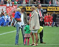 FC Twente - Standard Femina : Tia Hellebaut met haar dochters  Saartje en Lotte Vandeven en Ingrid Vanherle (rechts)<br /> foto DAVID CATRY / Nikonpro.be