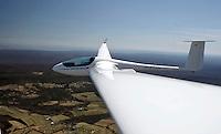 ASH 26 E in Pennsylvania: AMERIKA, VEREINIGTE STAATEN VON AMERIKA,PENNSYLVANIA,  (AMERICA, UNITED STATES OF AMERICA), 10.04.2006: ASH 26 E mit Flaechenkamera, Huegelketten in Pennsylvania, Inversionswetterlage, Segelflugzeug, 18 Meter Klasse, Kohlefaser, CFK,