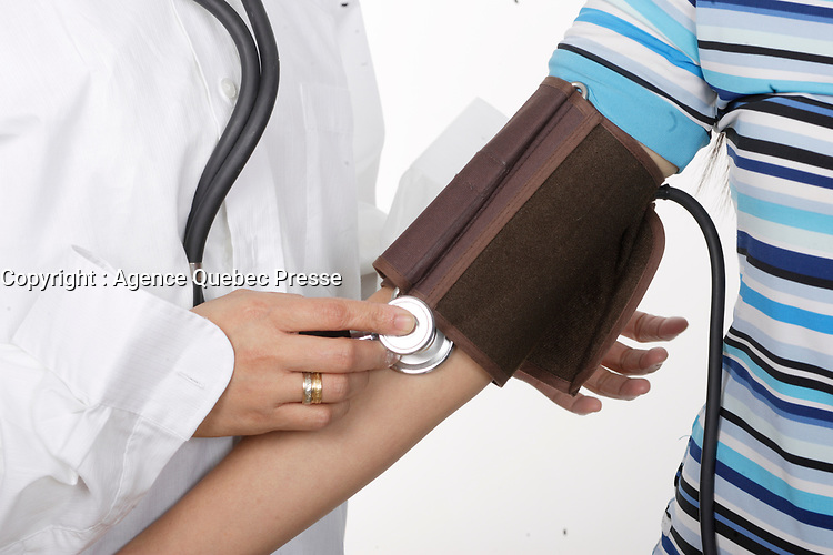 Model Released photos (simulation)<br /> of Filipina Nurses take a patient blood pressure.<br /> <br /> Photo : Pierre Roussel -  Images Distribution